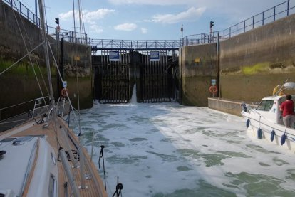 Het water dendert in de sluis van Eastbourne.