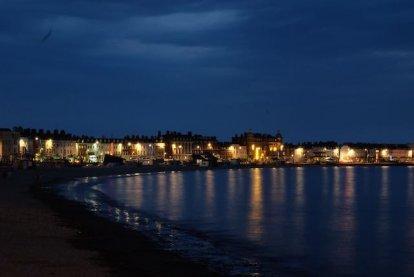 De nacht valt in de baai van Weymouth.