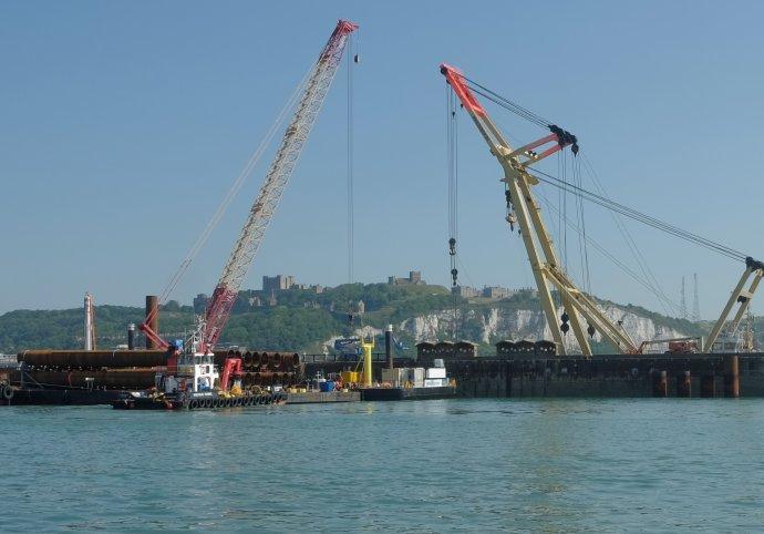 De werkzaamheden aan de nieuwe haven van Dover zijn in volle gang